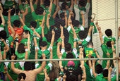 图文:[中超]豫京战球迷起冲突 北京球迷竖中指