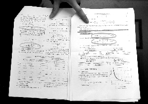 潘晓春勾画出的论文核心公式被抄袭的地方 实习生 朱云辰 摄