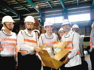 """马英九(中)上午偕台""""行政院长""""吴敦义(左)到彰化溪州焚化厂,主持塑化剂污染食品销毁启动仪式,宣示当局终止塑化剂风暴的决心。来源:台湾《联合报》"""