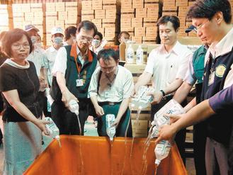 高雄市政府人员上午前往仁武区泰华油脂公司,销毁统一公司委托代工、被检出塑化剂的饮品。来源:台湾《联合报》