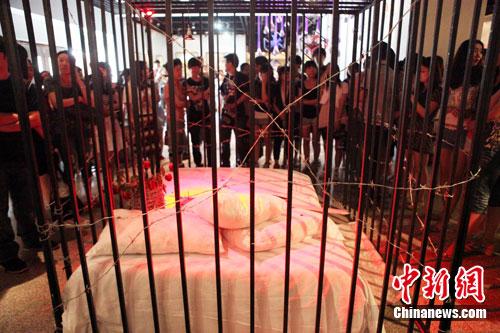 表演开始前,铁笼周围聚集了很多慕名而来的参观者。