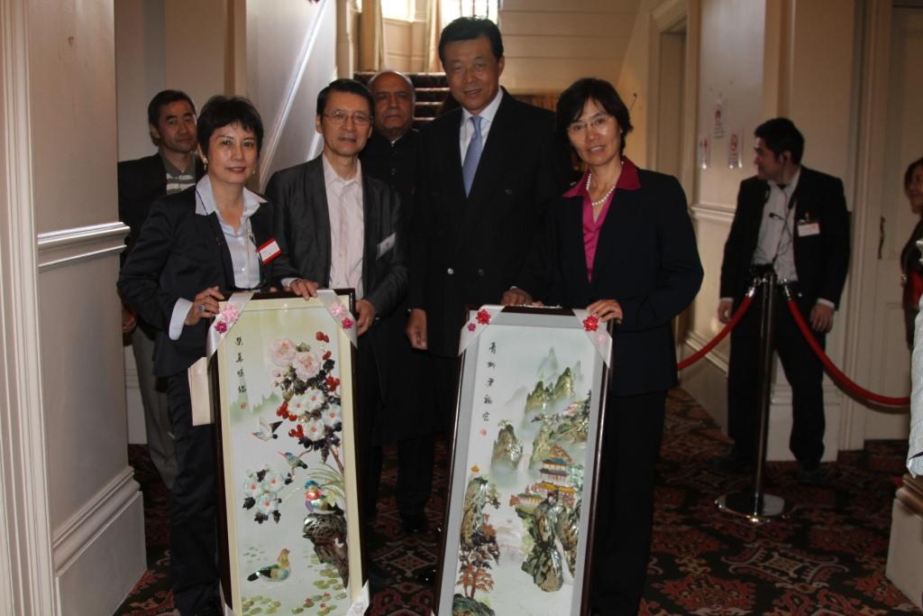 刘大使夫妇向林景一大使夫妇捐赠贝雕画