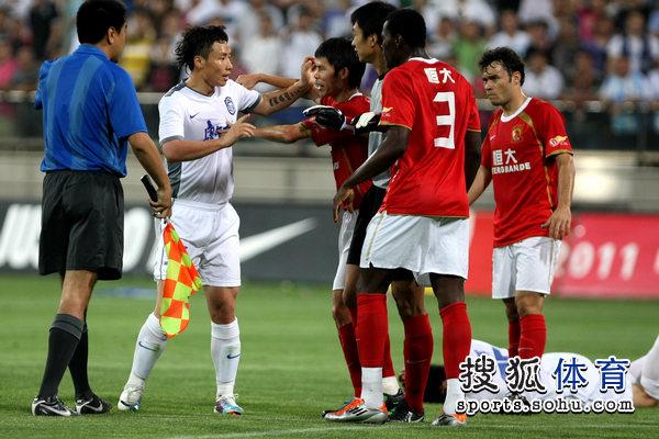 图文:[中超]天津VS广州 陈涛与对手纠缠