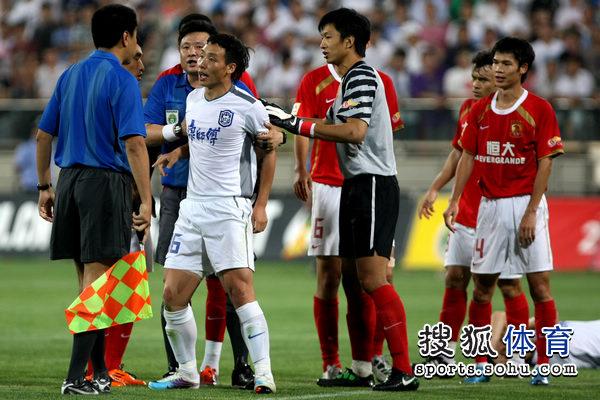 图文:[中超]天津VS广州 陈涛向边裁判投诉
