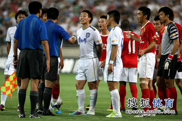 图文:[中超]天津VS广州 陈涛抗议判罚