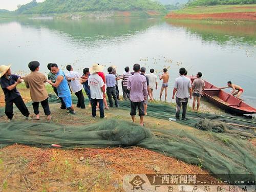 上林云苏水库3名工人乘船喂鱼 木船翻覆两人身亡(图)