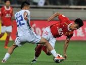 图文:[中超]天津0-1广州 于大宝阻截郑智