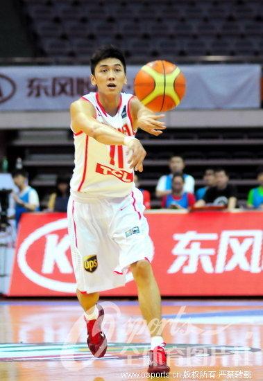 张博在比赛中传球