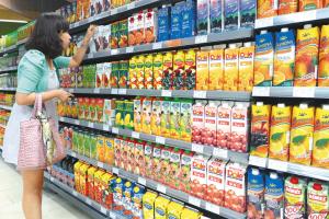 市民在选购饮料时都会担心饮料中是否含有塑化剂。