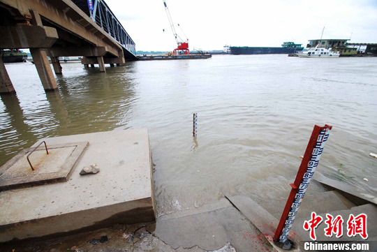 资料图:一艘货船驶过水位持续回升的长江江西九江段。中新社发 胡国林 摄 CNSPHOTO