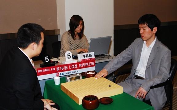 图文:第16届LG杯32强战对阵古力 李昌镐落子