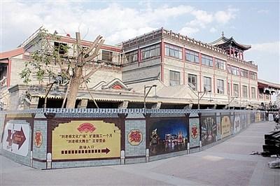 """前门刘老根大舞台旁边这栋仿古样式的三层小楼,就是已初具规模的""""刘老根会馆"""",楼顶上有一个已建成的凉亭"""
