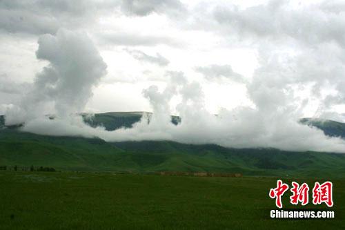 图为新疆昭苏高原山区出现浓雾升天的云海奇观。