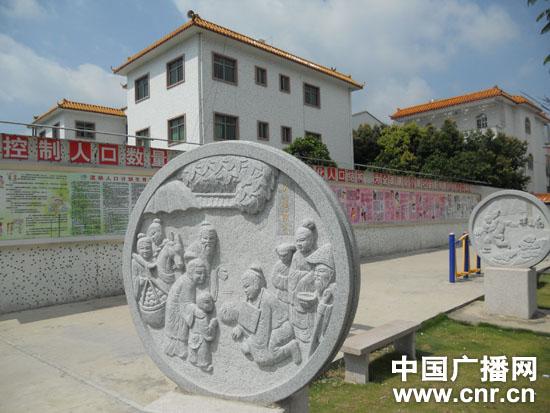 村文化广场的二十四孝图石刻 张庶卓摄