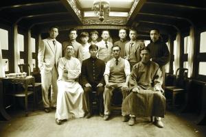 因为敌探介入,毛泽东(刘烨饰,后排右三)、张国焘(李晨饰,前排左二)等代表离开上海前往嘉兴,最终到场的12名代表在一艘船上圆满地结束了中共一大会议。
