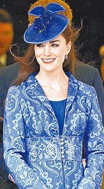 凯特前天参加菲利浦亲王90大寿教会祝寿仪式(图),身上的长外套与2年前喝喜酒的衣服是同一件