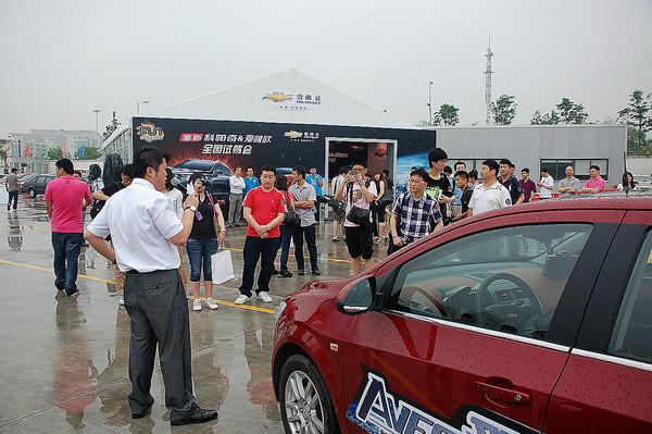 由于活动当天是阴雨天气,湿滑的路面给了试驾车辆的各方面性能提出了更高的要求。