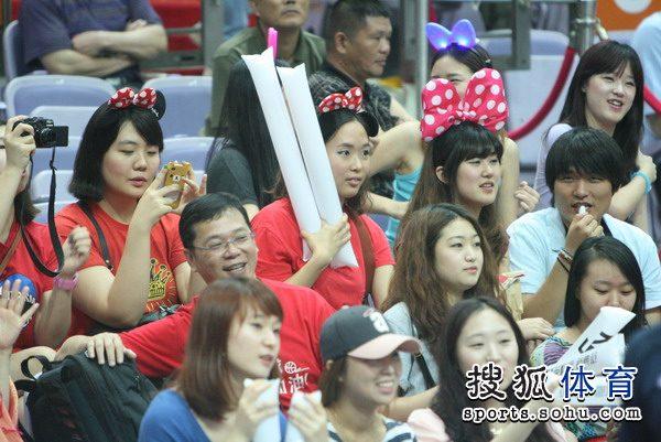 组图:韩国美女球迷现场助威