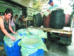 5月31日,接获金果王公司疑似搬移证物的讯息,检调人员赶往现场并将搬离的18桶含毒物证一一搬回。