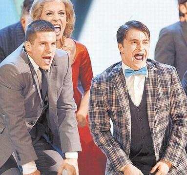 丹尼尔·雷德克利弗(右)昨天受邀担任东尼奖演出嘉宾,在台上载歌载舞。(图来自美联社)