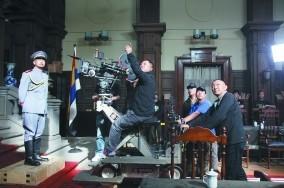 在拍摄一场周润发(左一)饰演的袁世凯戏份时,导演韩三平(右一)上前指导。