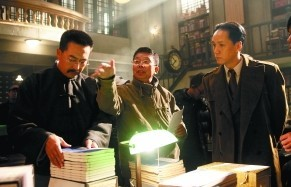 导演黄建新(中)在给张嘉译(左)和冯远征(右)讲戏。