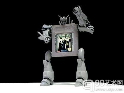 马乌罗-切奥林,《你好,我是来自利比亚的马利亚姆-穆罕默德》,2008.采用(亚当斯家族)游戏卡与1:144比例的塑料机动战士模型制作。