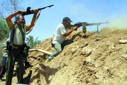 6月13日,利比亚反政府武装人员在米苏拉塔以西35公里处与政府军激战