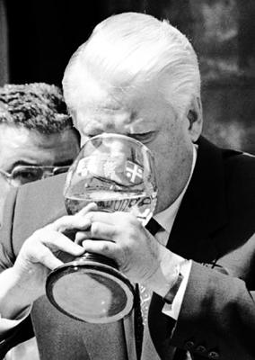 叶利钦豪饮白葡萄酒