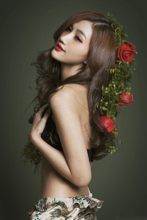 _男性杂志里的惹火性感美女(组图)