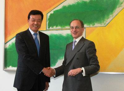 驻英国大使刘晓明会见英财政部商业大臣沙逊勋爵(图)