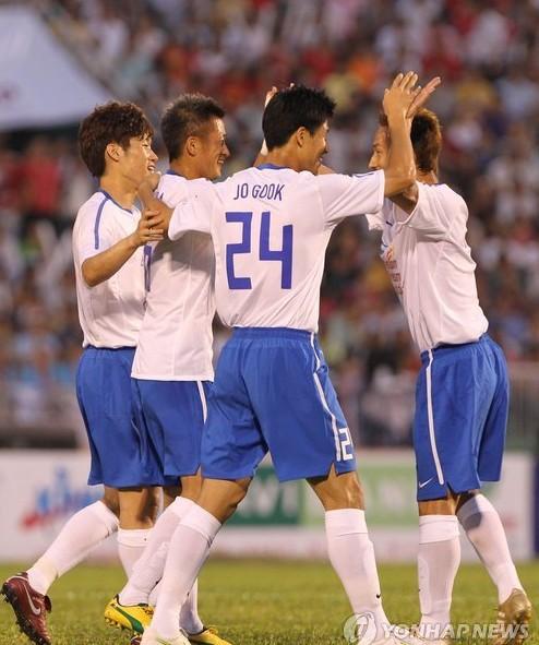 中田和队友庆祝进球