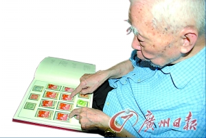 老人高兴地清点自己珍藏的邮票。