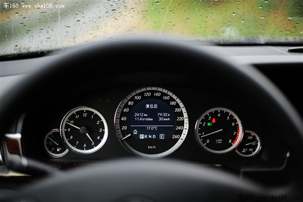 实际行驶中,E200L表现出以往E级轿车高质感的行驶特性,大部分噪音被有效地阻挡在车窗之外,前三连杆后多连杆的独立悬挂系统可以很好地吸收来自路面的颠簸,以至于轻微的起伏会被悬挂系统完全吸收。在舒适的同时使得驾驶者很容易忽略一些路面信息。坐在E系轿车的驾驶席上便会始终处于一种悠然自得的驾驶状态,如此看来梅赛德斯所生产的汽车果然具有能令驾驶者心跳速度变慢的能力。同样偏轻的方向盘设定在驾驶轻松的同时也抹杀了不少路感,方向盘回正力度也有些小。油门踏板的阻尼力度却是一如既往的奔驰风格(很硬),并且回弹速度较快,
