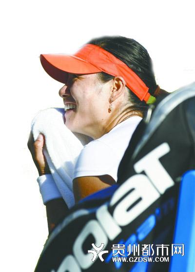 6月14日,中国选手李娜在比赛间隙。当日,在英国伊斯特本网球赛女单首轮比赛中,李娜以2比0击败奥地利选手帕谢克,晋级下一轮。