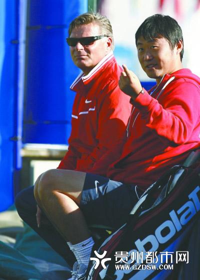 6月14日,中国选手李娜的丈夫姜山(右)和教练莫滕森在场边观战。