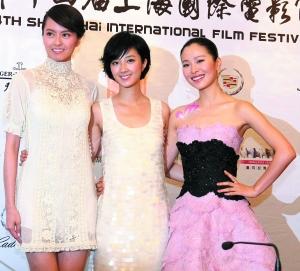 《肩上蝶》主演(从左至右)梁咏琪、桂纶镁和江一燕在新闻发布会上亮相。 新华社发