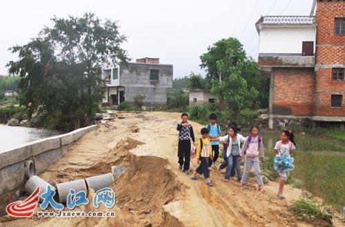 白岭镇_江西省修水县白岭镇西平小学六年级班主任周老师在护送学生回家.