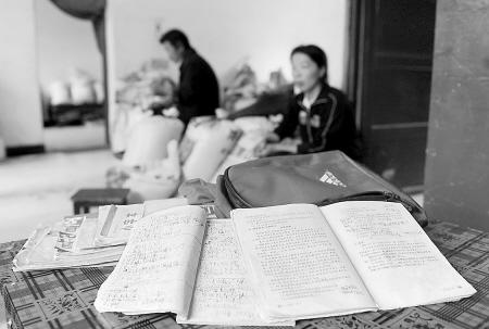 悲剧发生之后,全家人沉浸在悲痛之中,桌上放着的是小南的书包和未写完的作业。