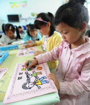 """17日,苏州虹桥幼儿园小朋友在绘制送给爸爸的""""奖状"""",迎接19日父亲节到"""