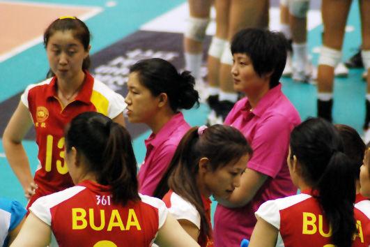 """前中国女排""""黄金一代""""国手杨昊(粉衣右)以北航女排助理教练的身份出现。"""