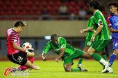 图文:[中超]杭州VS上海 拉米雷斯抢点