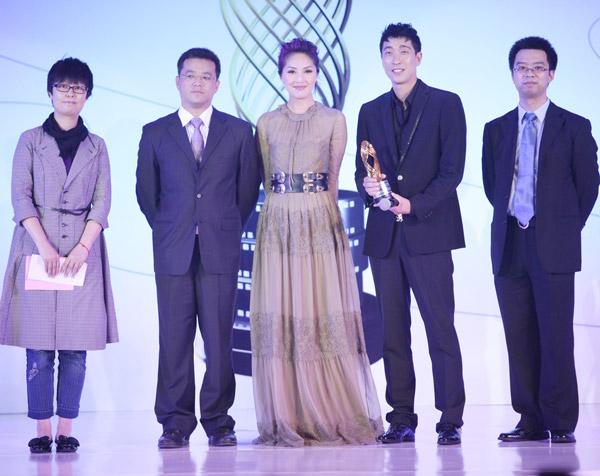 杨千嬅为最佳男主角颁奖(点击进入更多组图)