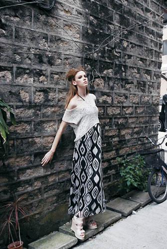 黑色几何图案连身长裙$1,799、Murua 白色针织top $899