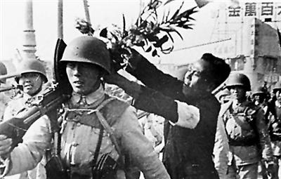 南京工人向入城解放军战士献花.-南京城里的 赶考