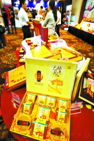 虽然离中秋节还有两个多月,月饼展销会已经拉开序幕。记者莫伟浓摄