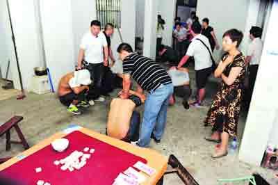 民警现场抓赌。建邺分局供图