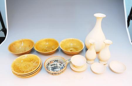 出土的元代瓷器 前排左二为元青花瓷 张宇明