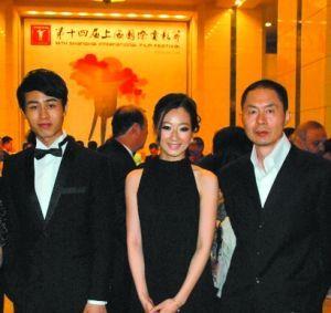 开幕式时吕星辰穿着借来的礼服,与导演章明走红毯