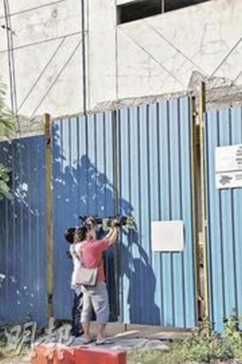 谢霆锋昨日在废置工厂拍戏,场地被围墙重重围困,记者难以一探内里情况